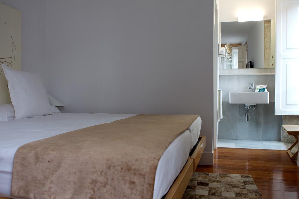 Habitación con baño al fondo