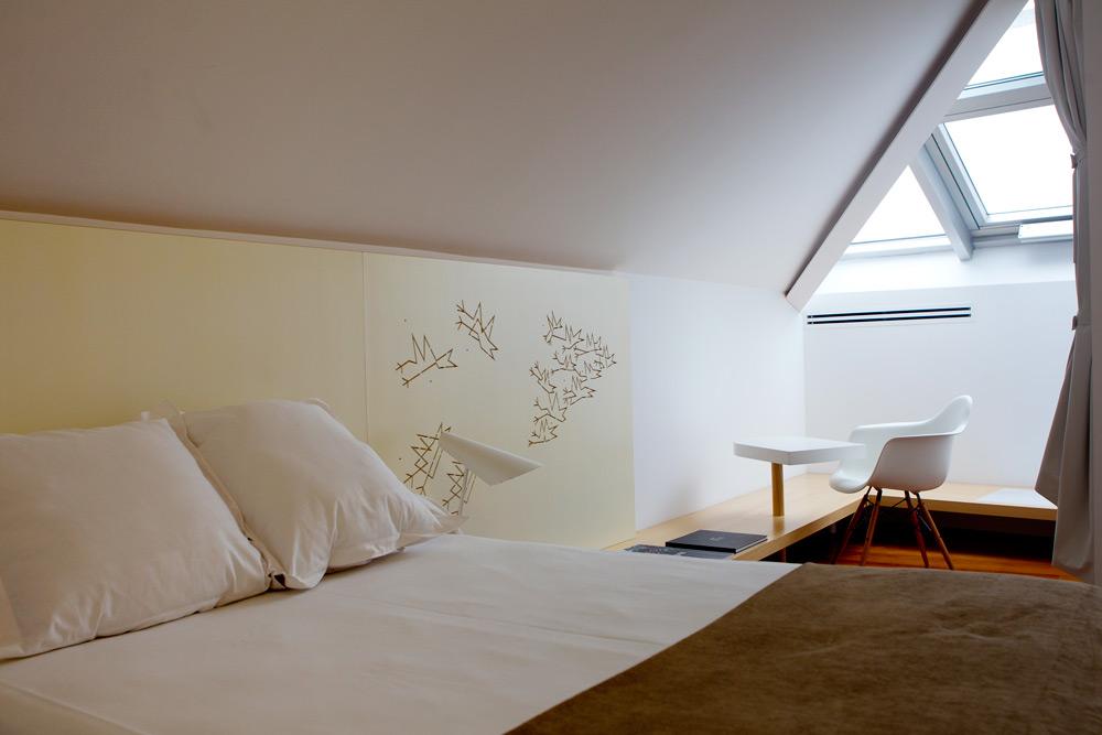 Habitación con cabecero de pinotea personalizado