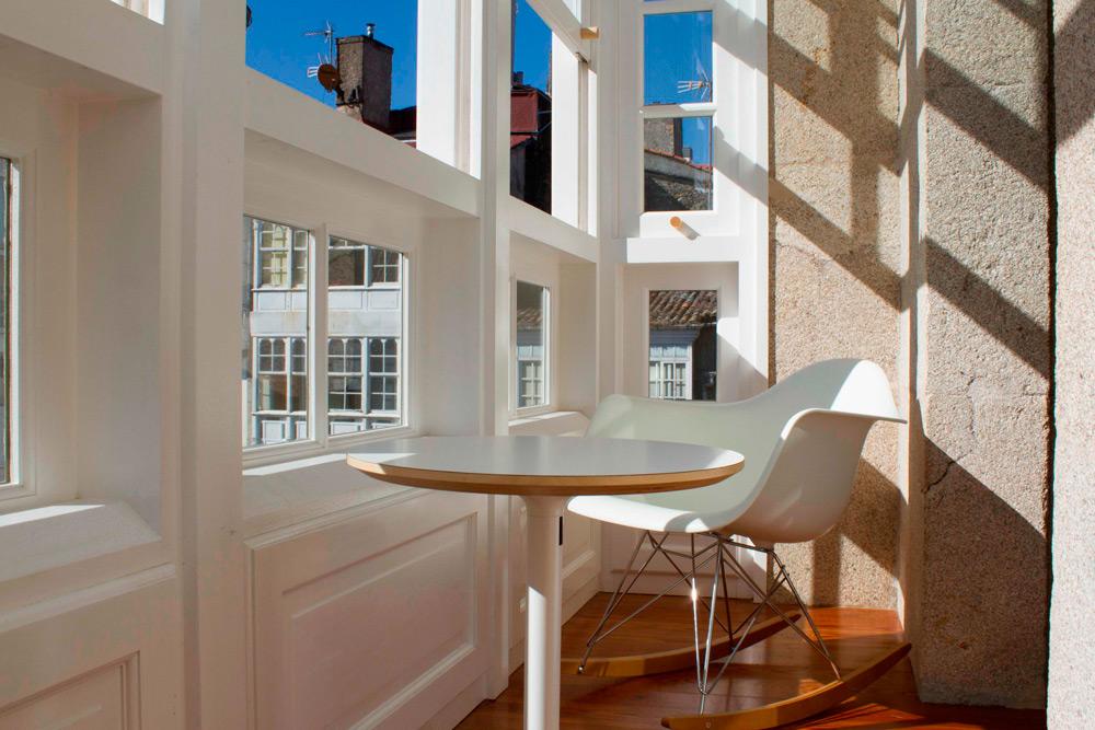 Galería con silla Vitra modelo Eames original